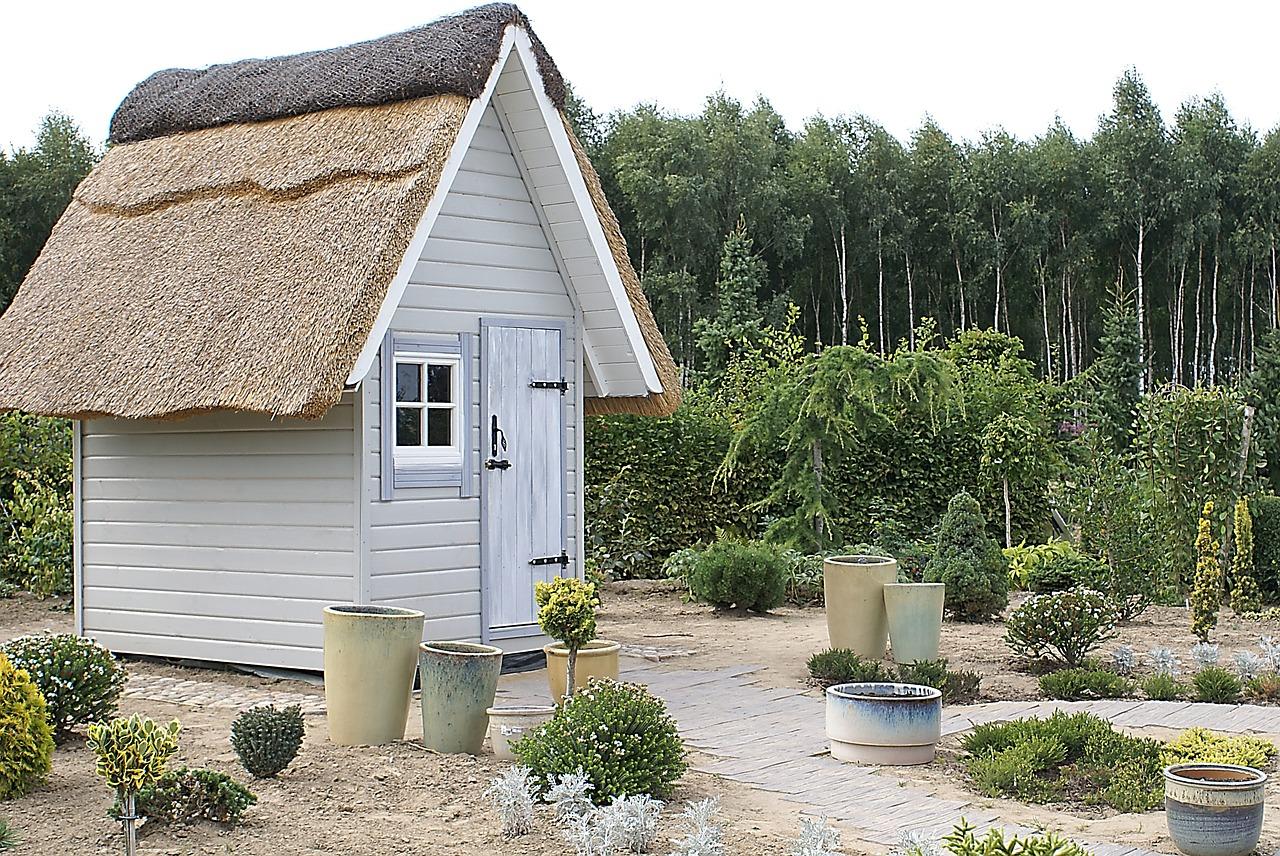 Domek ogrodowy – kupić czy zrobić?